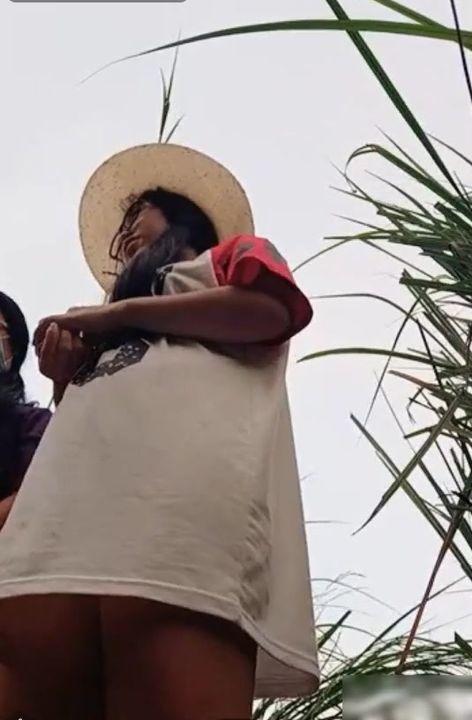 眼镜美眉带着亲姐姐勾搭看果园的卷毛哥哥户外野战小伙的家伙够粗大干起象岛国的男优