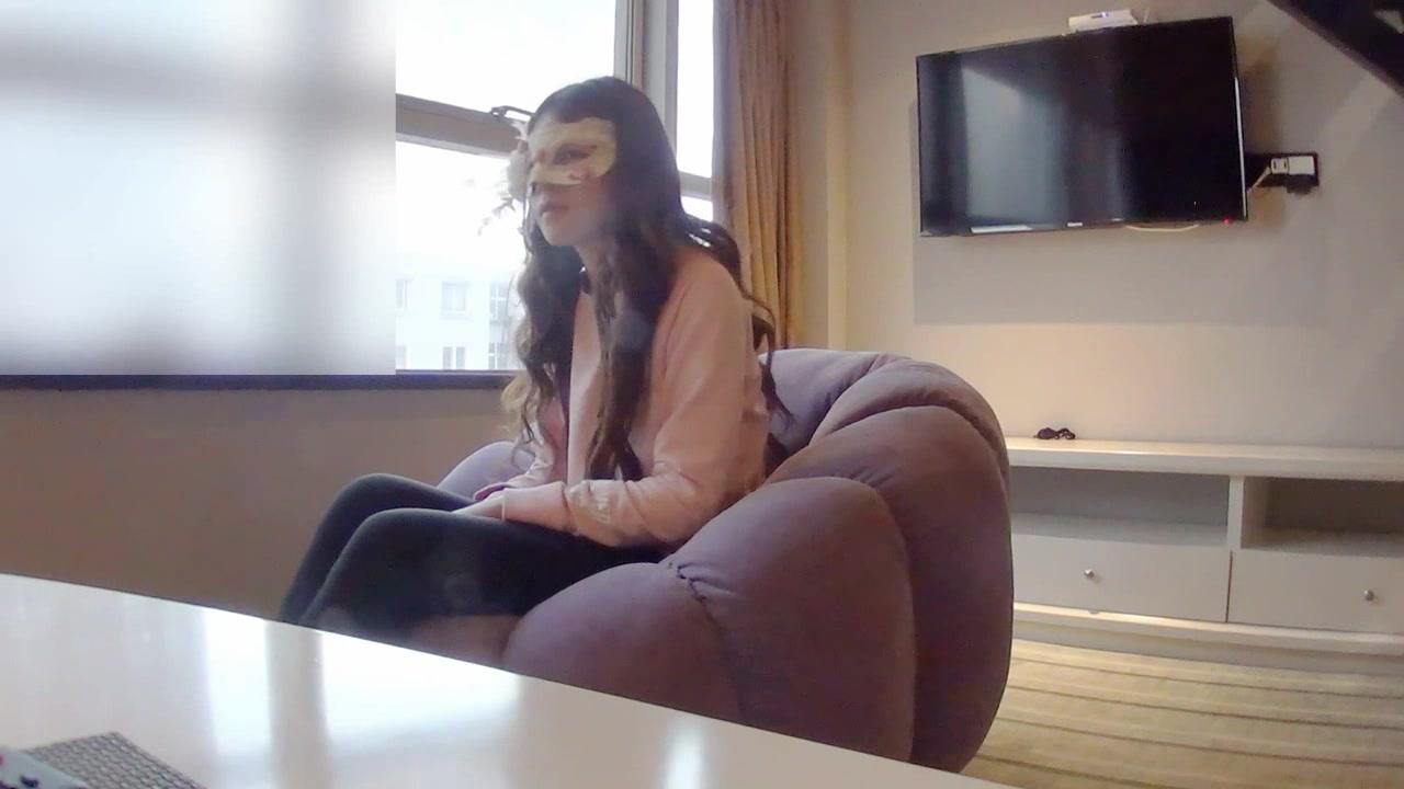 酒店潜规则前来面试的肤白貌美鲍鱼又丰满的小嫩模,抬起双腿猛烈爆插,床上干完又趴在沙发上操,国语对白!