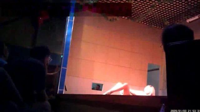 乡村县城老百姓丰艺剧场改行艳舞表演裸女歌唱的还不错还下台与观众互动对着台下劈腿自慰BB吸烟太黄了